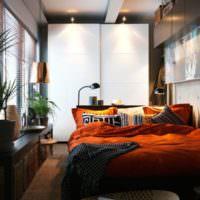 Яркое постельное белье в оформлении интерьера спальни 12 кв м