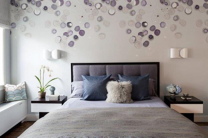 Дизайн стены над изголовьем кровати в спальне площадью 12 кв метров
