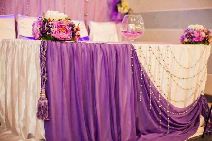 Декорирование края свадебного стола плотной тканью