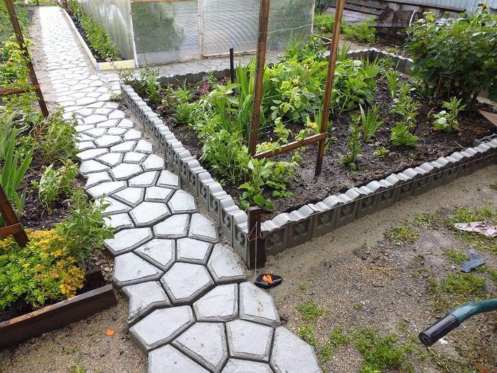 Самодельная садовая дорожка из бетонной плитки