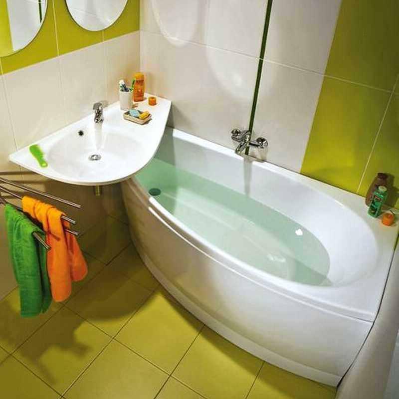 Угловая раковина над ванной в совмещенном санузле