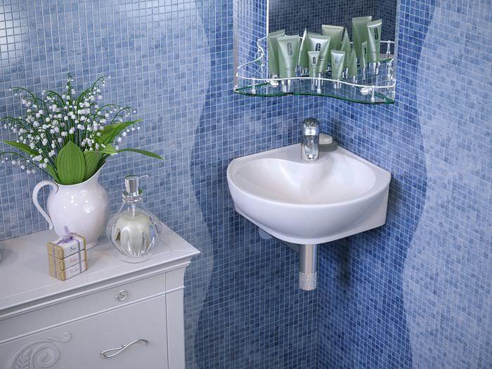 Компактная угловая ванна в интерьере совмещенного санузла
