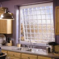 идея яркого декора окна на кухне картинка