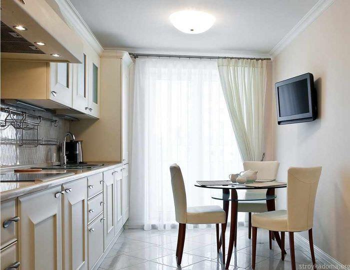 вариант красивого интерьера окна на кухне