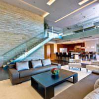 идея светлого интерьера лестницы в честном доме фото
