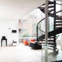 вариант яркого стиля лестницы в честном доме фото
