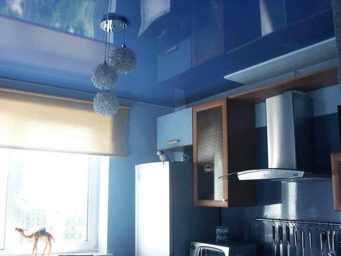 пример светлого интерьера потолка кухни