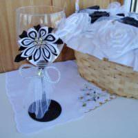 вариант красивого украшения дизайна свадебных бокалов картинка
