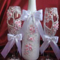 вариант светлого украшения декора свадебных бокалов фото