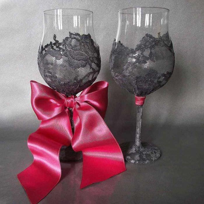 вариант необычного оформления стиля свадебных бокалов
