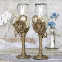 идея светлого украшения дизайна свадебных бокалов фото