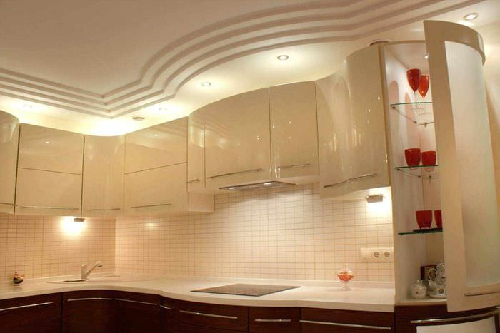 пример светлого дизайна потолка кухни