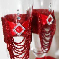 пример необычного украшения стиля свадебных бокалов картинка