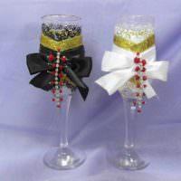 идея светлого украшения декора свадебных бокалов картинка