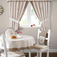 пример яркого стиля окна на кухне фото