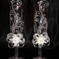 идея яркого украшения декора свадебных бокалов картинка