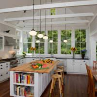 вариант светлого декора окна на кухне картинка