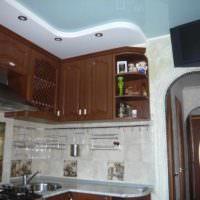 вариант яркого стиля потолка кухни фото