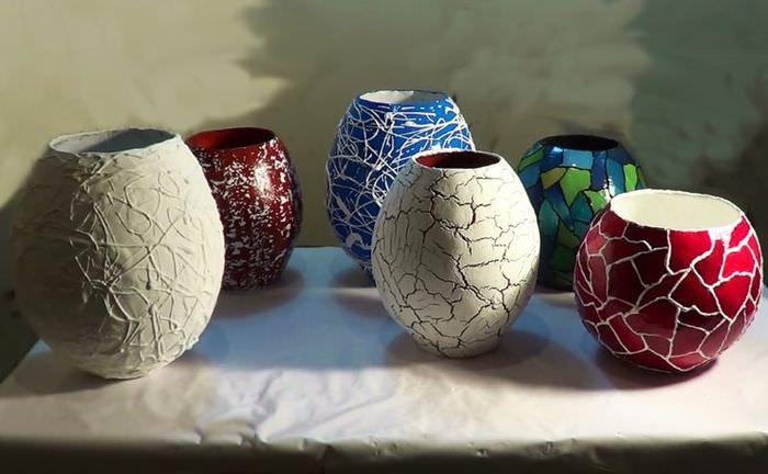 Декоративные вазы из папье-маше на столике в гостиной