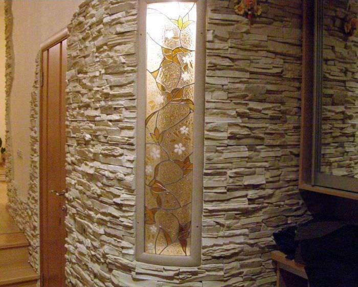 Витраж и декоративный камень в оформлении стены прихожей