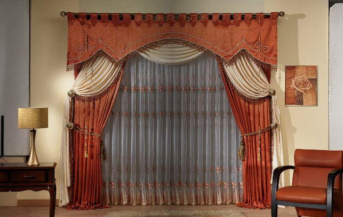 Плотные шторы с ламбрекеном на низком окне в гостиной