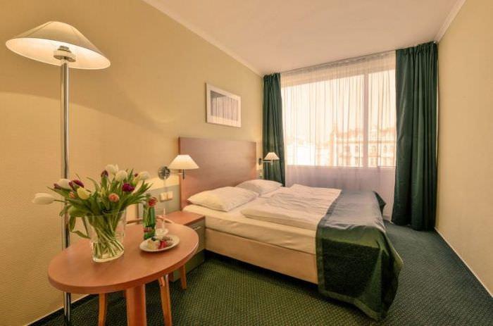 Дизайн спальни 12 квадратов в зеленой гамме оттенков