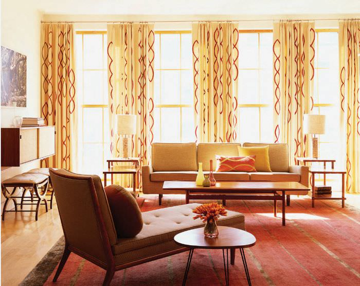 Желтые шторы на большом окне в гостиной
