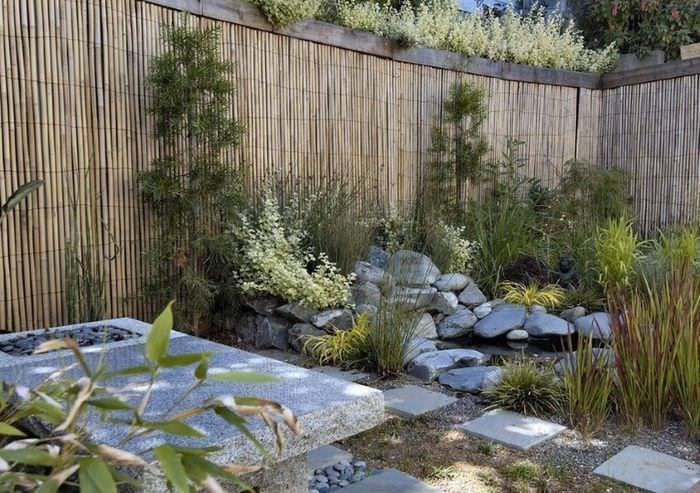Бамбуковый забор в дизайне садового участка