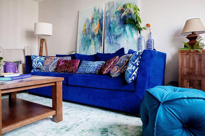 Бархатный диван в современной гостиной