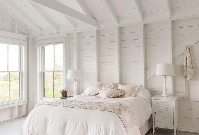 Интерьер спальни с отделкой белым деревом