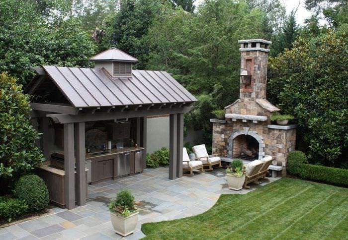 Летняя кухня с печью-камином на садовом участке