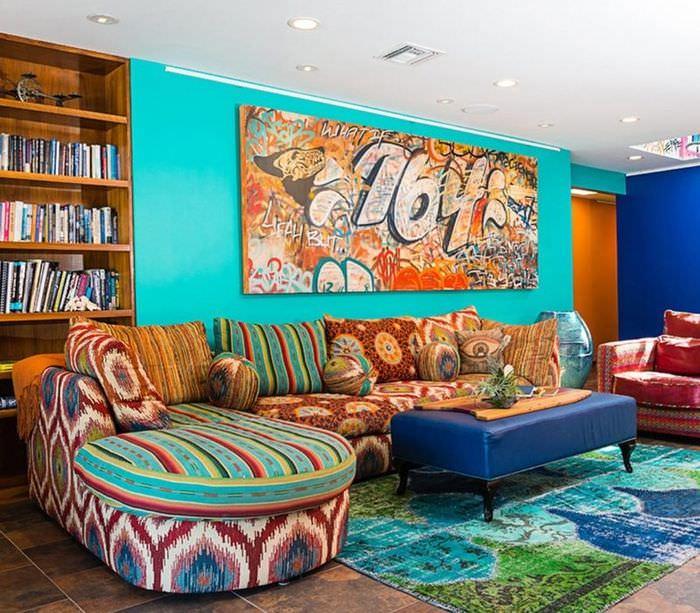 Яркие, почти безумные краски в дизайне гостиной