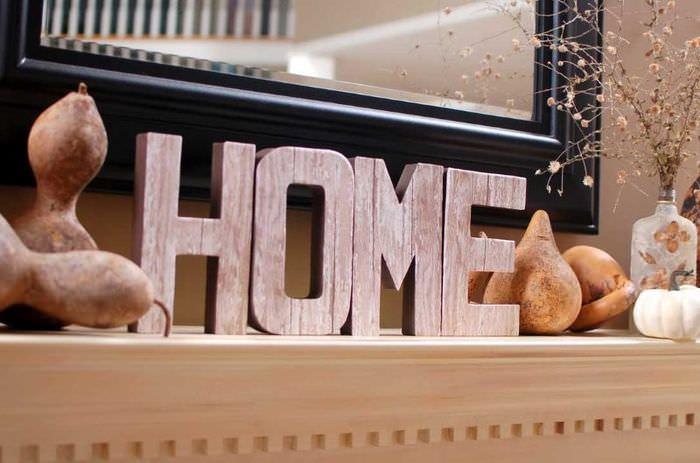 Буквы из дерева в интерьере гостиной комнаты