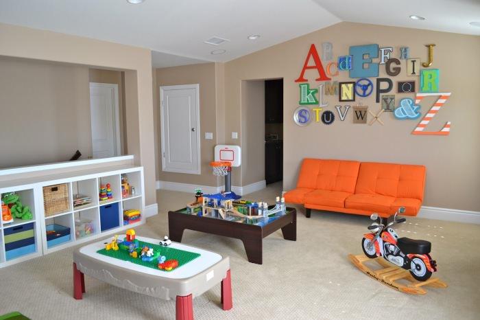 Декорирование стены в детской комнате цветными буквами