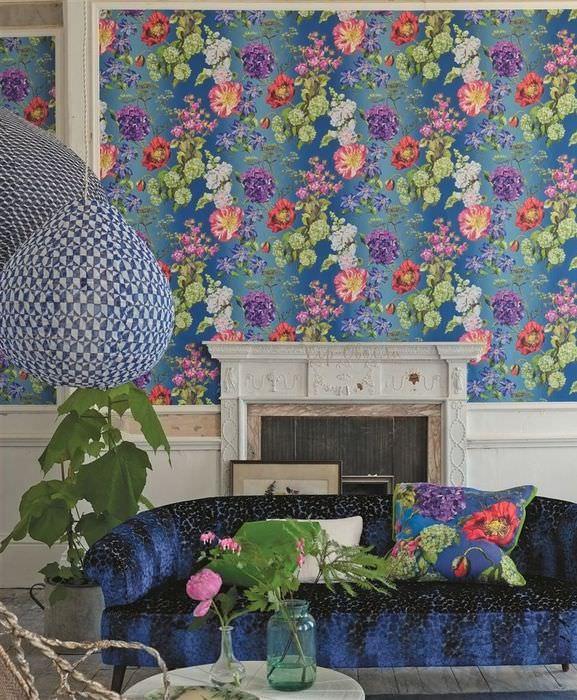 Бумажные обои в цветочек на стене гостиной