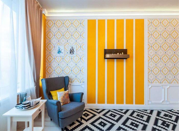 Яркие оранжевые полосы на обоях в светлой гостиной