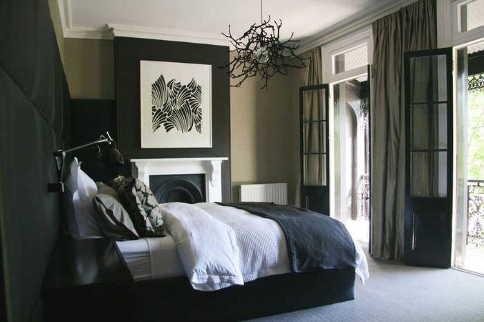 Акценты белого цвета в темной спальне жилого дома
