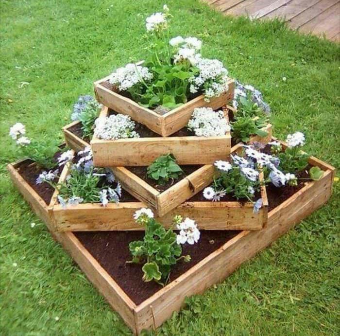 Самодельная многоярусная клумба для посадки цветов