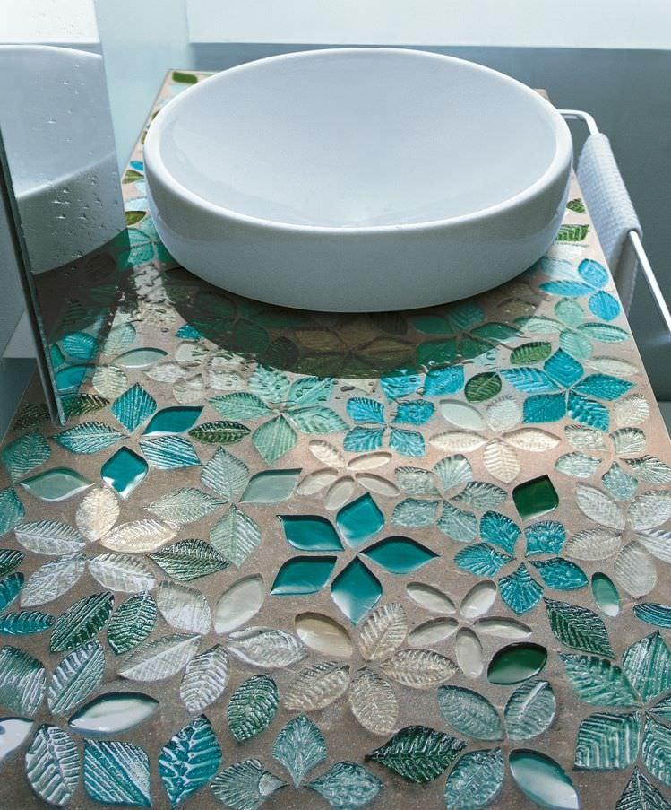 Столешница в ванной комнате с облицовкой из мозаики