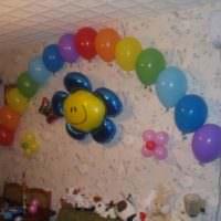 Гирлянда из шаров на стене детской комнаты