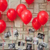Гелиевые шары и фотографии в оформлении комнаты на день рождения