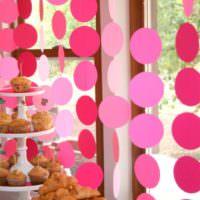 Простые бумажные гирлянды в комнате ребенка на день рождения