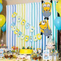 Синие и желтые шаря в декоре комнаты на день рождения