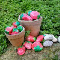 Крашенные камни для декорирования садового участка