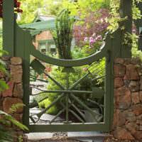 Деревянная садовая калитка с каменными столбами