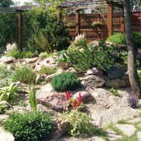 Природные камни в декорирование сада