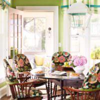 Старинные стулья в интерьере кухни