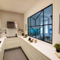 Бусы на белой стене в интерьере кухни