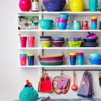 Яркая посуда в интерьере кухонного пространства