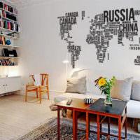Карта мира из букв на стене кухни